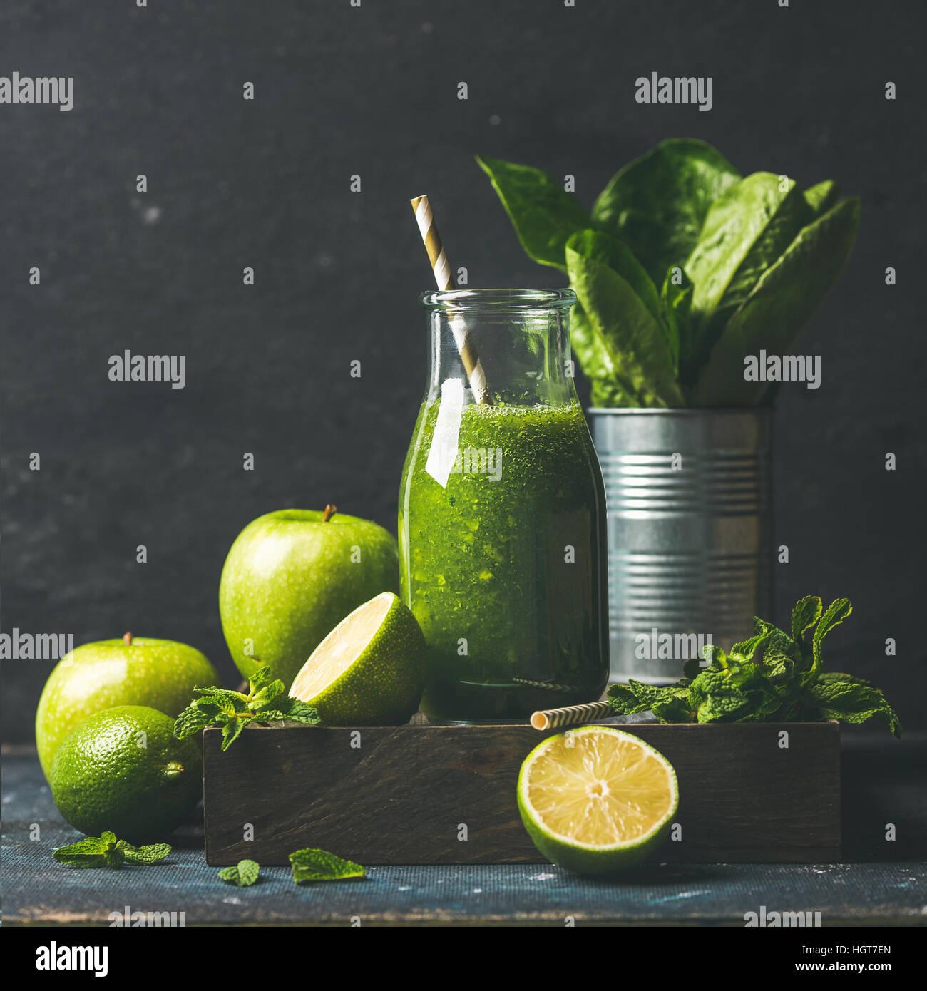 Smoothie vert avec Apple, la laitue romaine, lime, menthe. Fond sombre Photo Stock