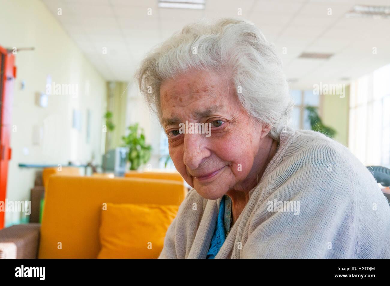 Portrait d'une femme âgée en souriant et regardant la caméra. Photo Stock
