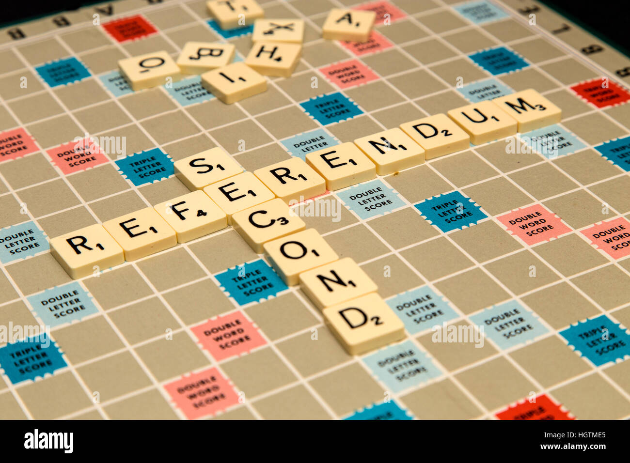 Scrabble letters spelling out deuxième référendum. Photo Stock