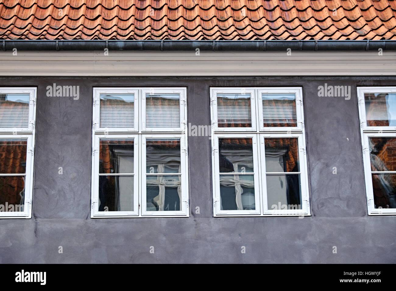 Façade Crépi Gris Avec Double Peint En Blanc Les Fenêtres à