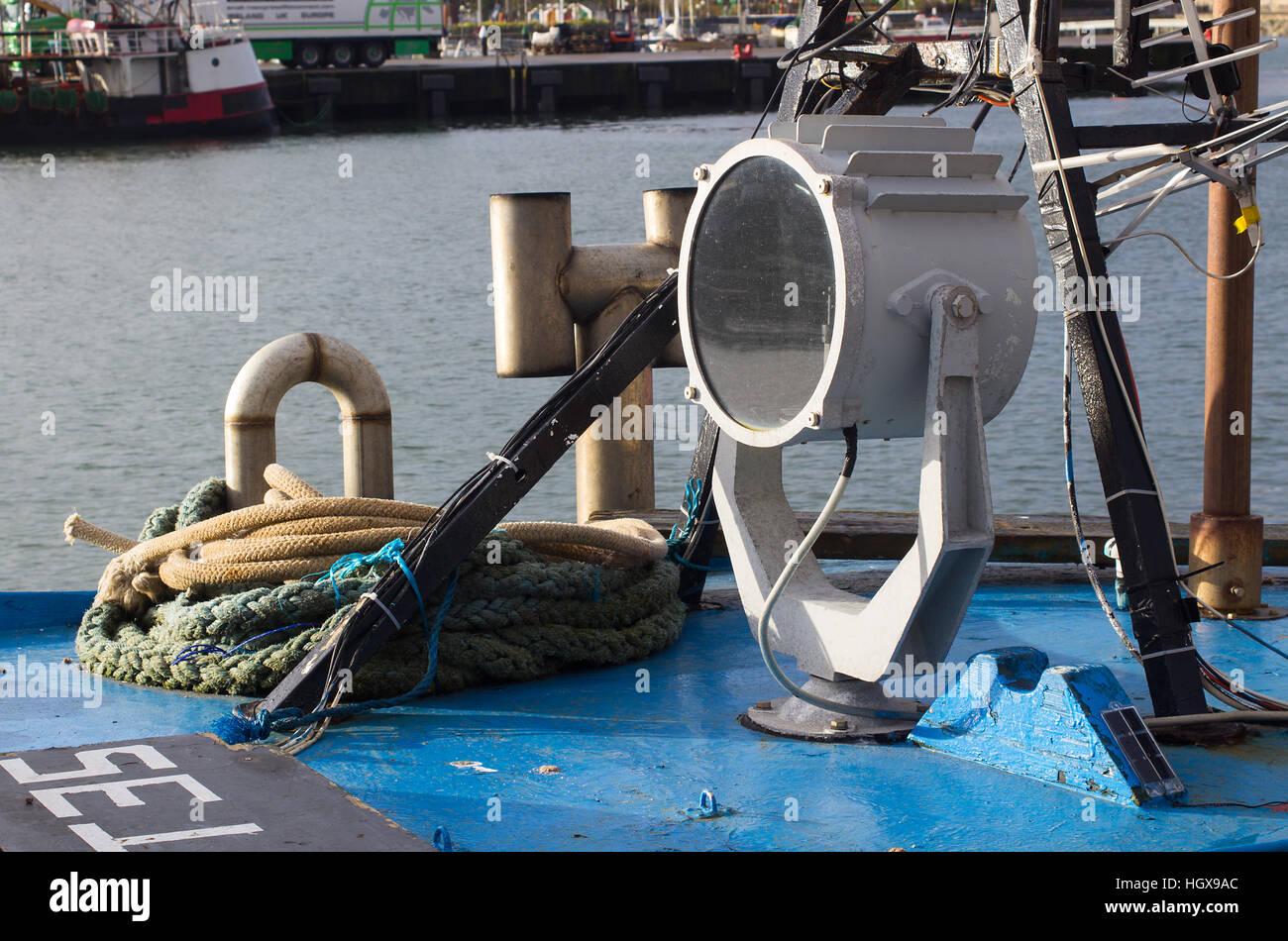 Gros plans de recherche de chalutiers de la lumière avec les feux de navigation, des cordes, des repères Photo Stock