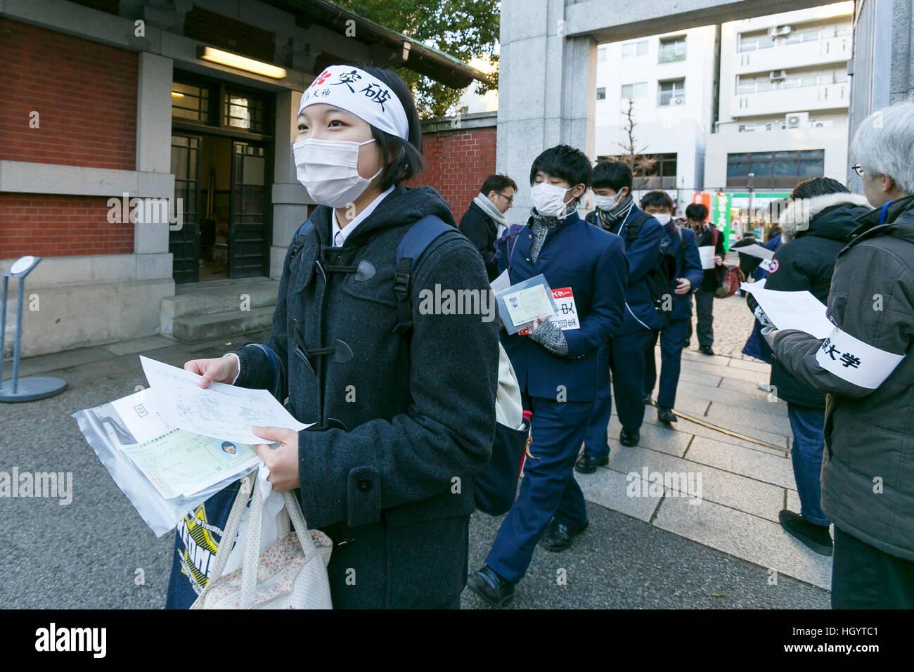 Tokyo, Japon. 14 Jan, 2017. Un étudiant japonais arrive à l'Université de Tokyo pour s'asseoir Photo Stock