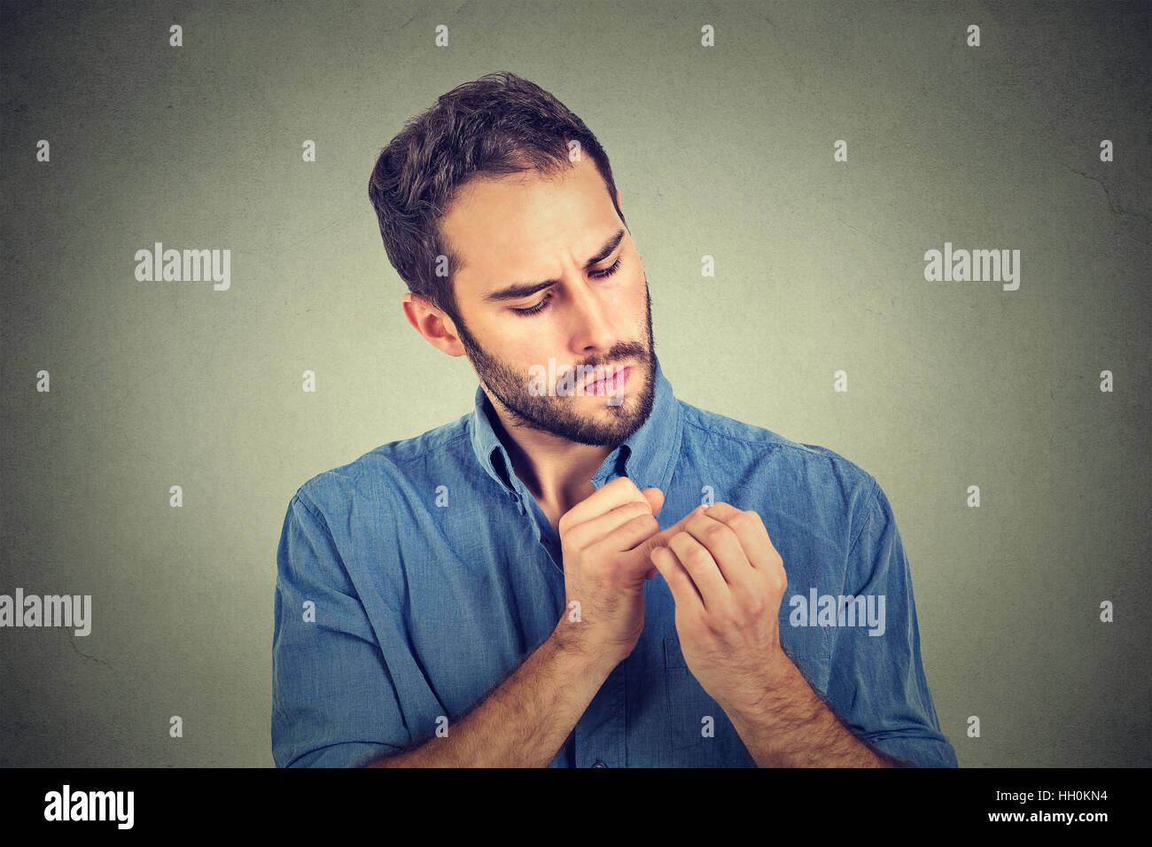 L'homme à la main à l'obsession des clous sur la propreté des germes isolés sur fond Photo Stock
