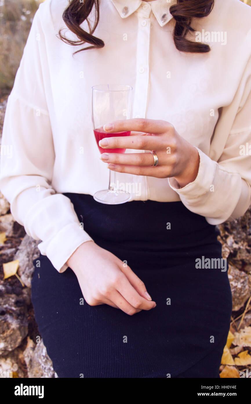 Jeune femme élégante avec un verre de vin Photo Stock