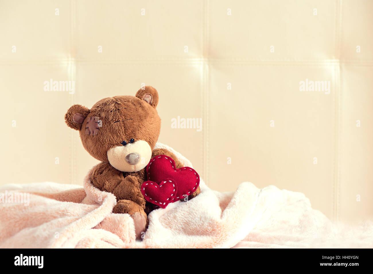 Ours en peluche avec coeur rouge, copy space, vintage retro teinte - la Saint-Valentin, l'amour, la bonté Photo Stock