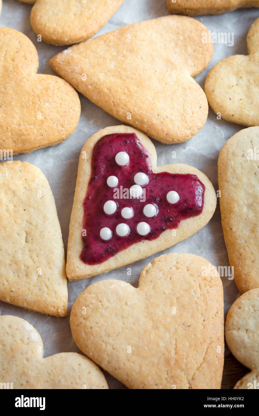 Les cookies en forme de coeur glacé pour la Saint-Valentin - Pâtisserie maison délicieux, la cuisson Photo Stock