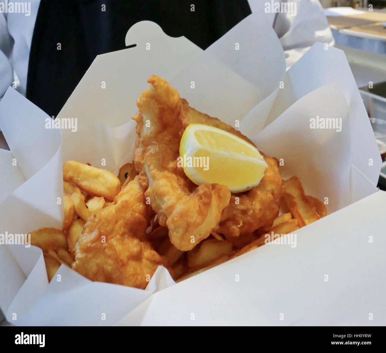 Fish and chips snack dans boîte en carton Photo Stock