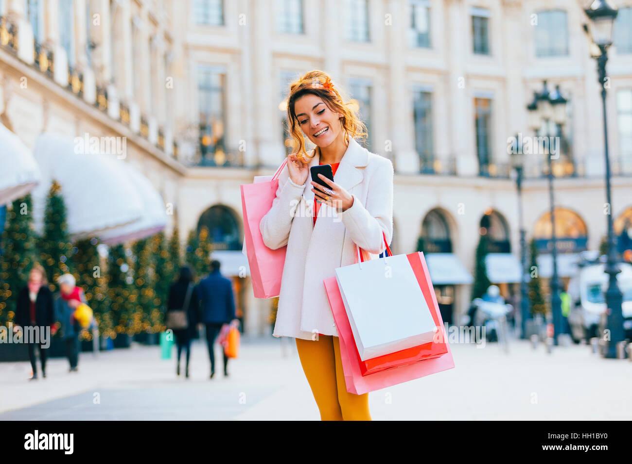 Woman doing shopping à Paris, place Vendôme Photo Stock