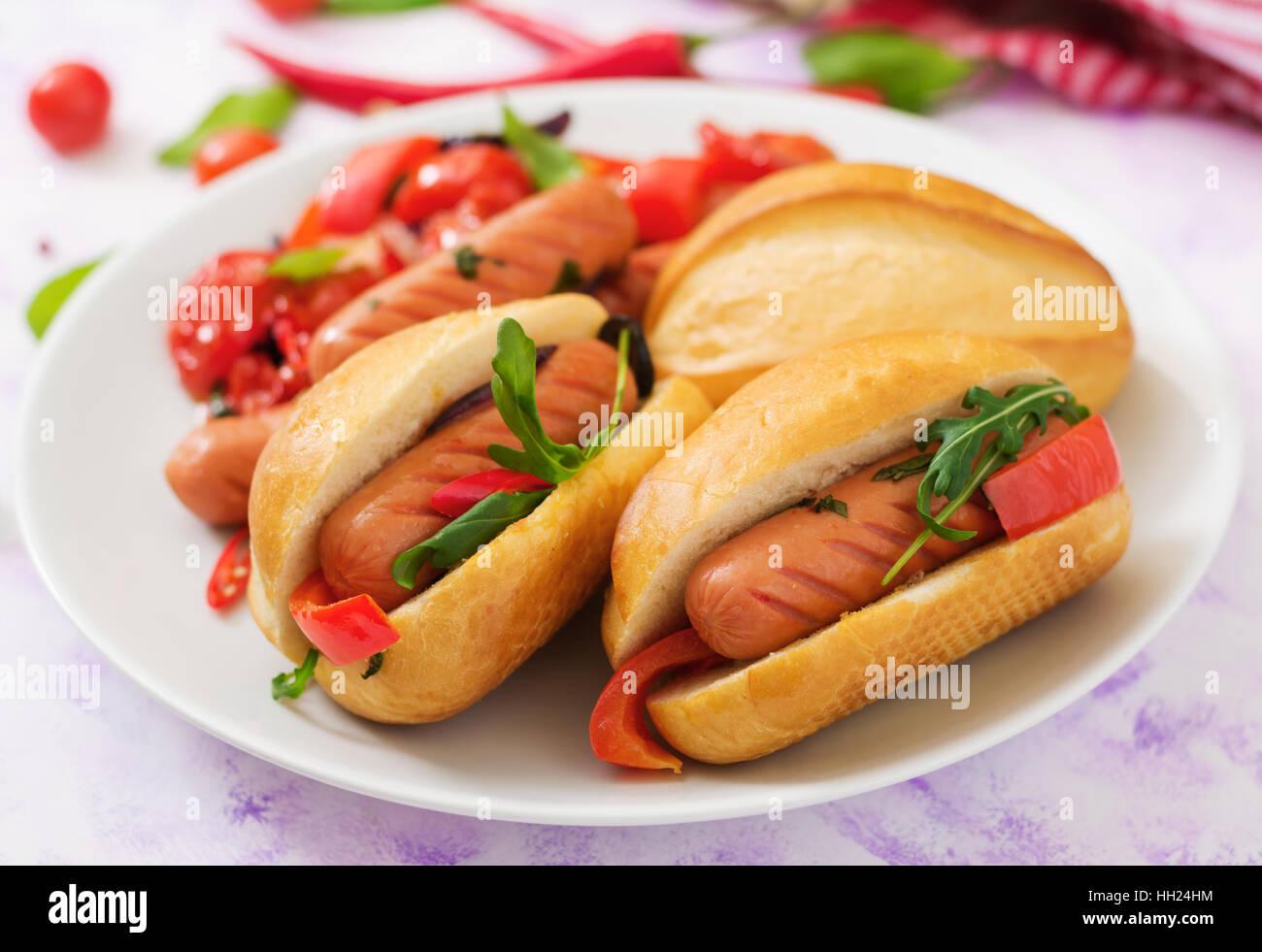Hot-dog avec des saucisses et des légumes dans le style grec. Photo Stock