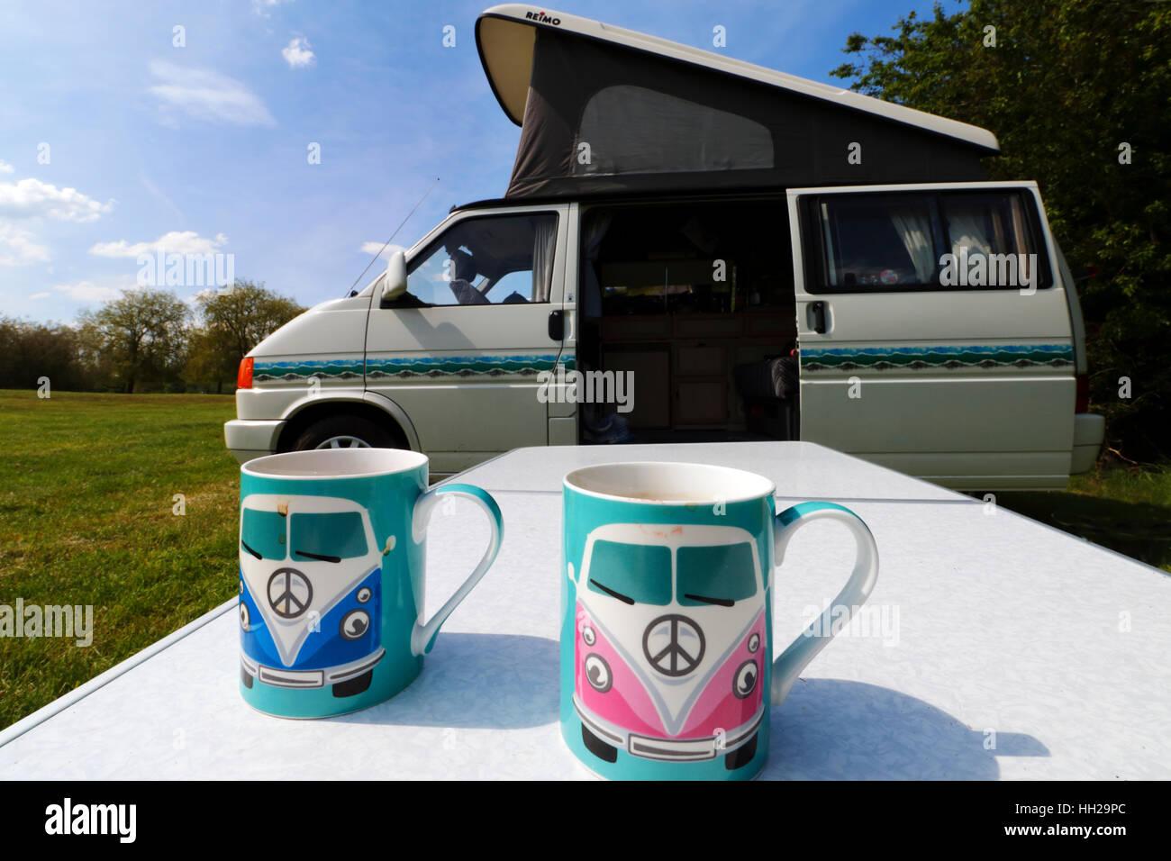 Type VW 2 mugs en face d'un VW T4 camping-car dans un camping dans l'Oxfordshire Photo Stock