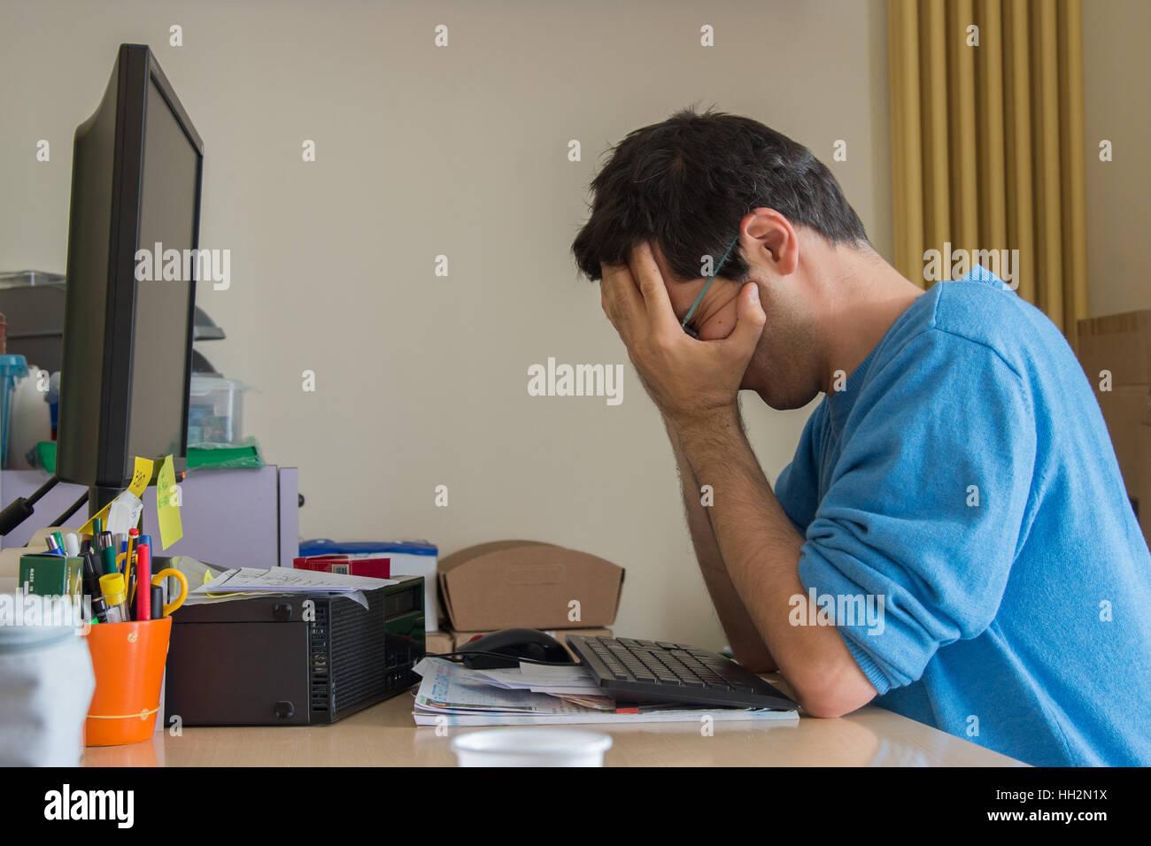 A souligné l'homme au travail dans le bureau Photo Stock