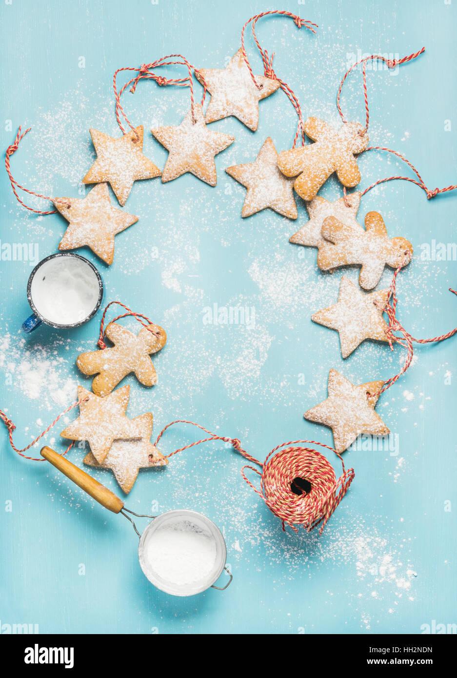 Gingerbread cookies de Noël avec du sucre en poudre et corde de décoration Photo Stock