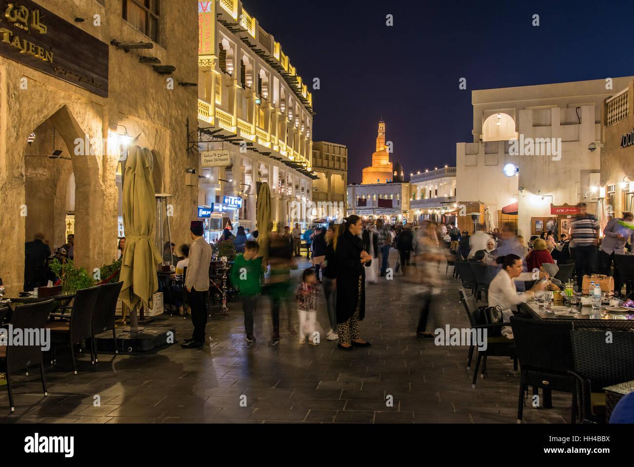 Vue de nuit sur la terrasse d'un café restaurant le long de la zone piétonne de Souq Waqif, Doha, Photo Stock