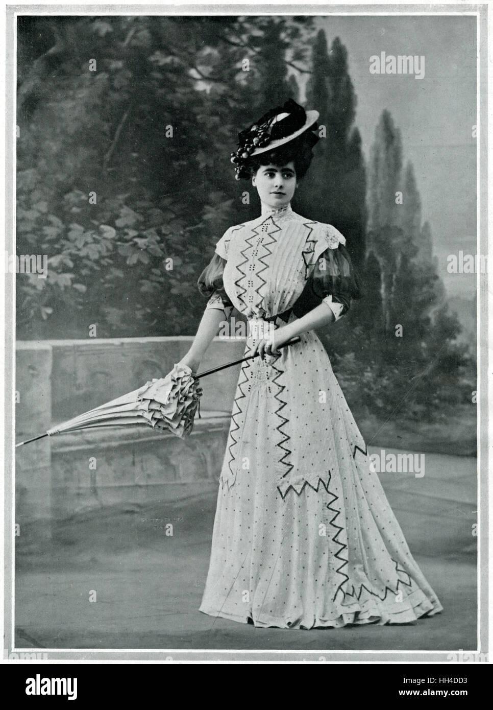 Femme portant un parisien étroit blanc simple avec zephyr rayé noir et blanc. La coupe de l'habit Photo Stock