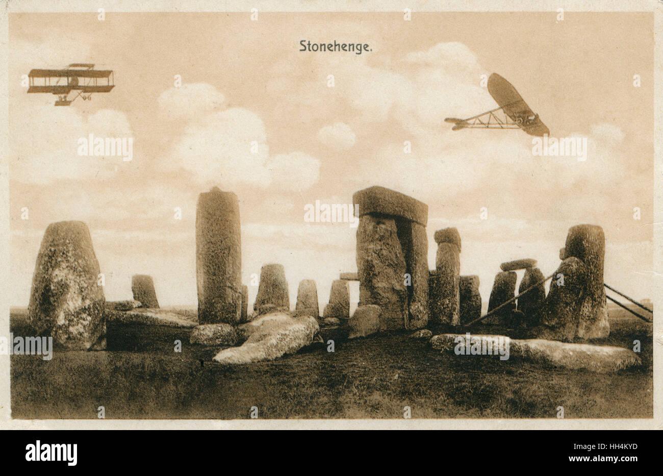 Début de l'avion militaire britannique de manoeuvres dans la plaine de Salisbury - photographié ici au-dessus de Stonehenge (Wiltshire). L'avion sur la gauche est un biplan Bristol Boxkite. Quatre ont été achetés en 1911 par le ministère de la guerre et des exemples ont été vendus à la Russie et l'Austra Banque D'Images