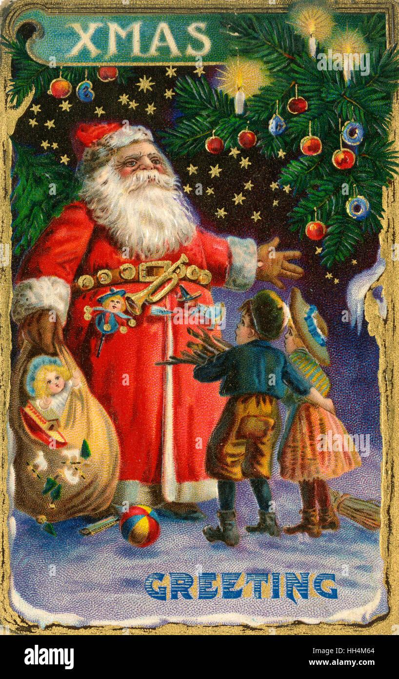 Carte postale de voeux de Noël - Le Père Noël accueille deux jeunes enfants pauvres (collecte du bois de feu) s'enflant son sac avec des jouets. Banque D'Images