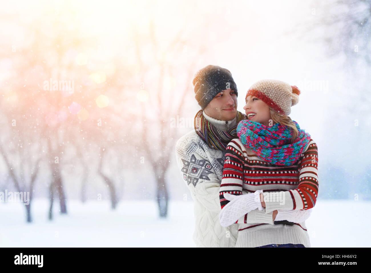 Couple d'hiver. Heureux couple s'amusant à l'extérieur. La neige. Vacances d'hiver. Piscine Photo Stock