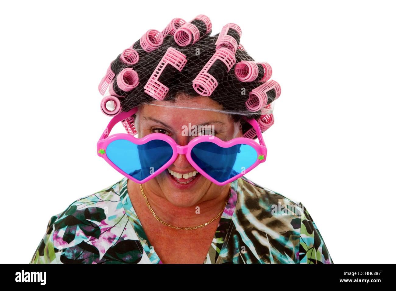 Senior féminine avec drôle avec perruque bigoudis- isolé sur fond blanc Photo Stock