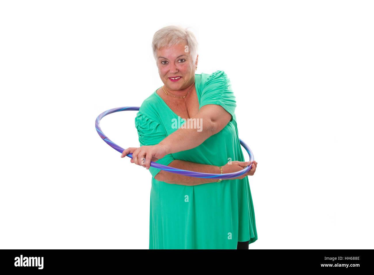 Senior lady faire gymnastic avec cerceau - isolé sur fond blanc Photo Stock