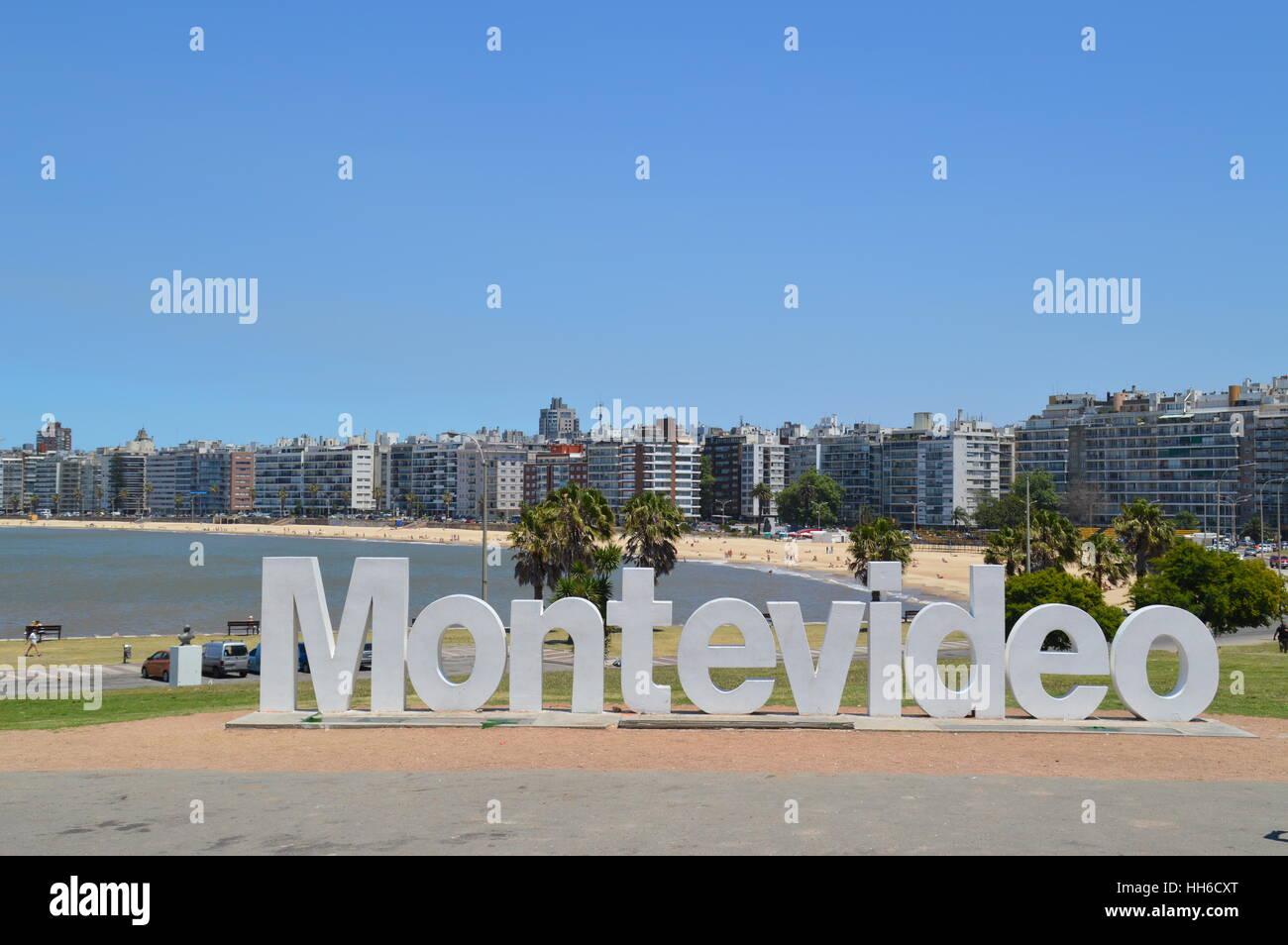 Les lettres de Montevideo près de Pochito Beach dans la ville de Montevideo, Uruguay, Photo Stock