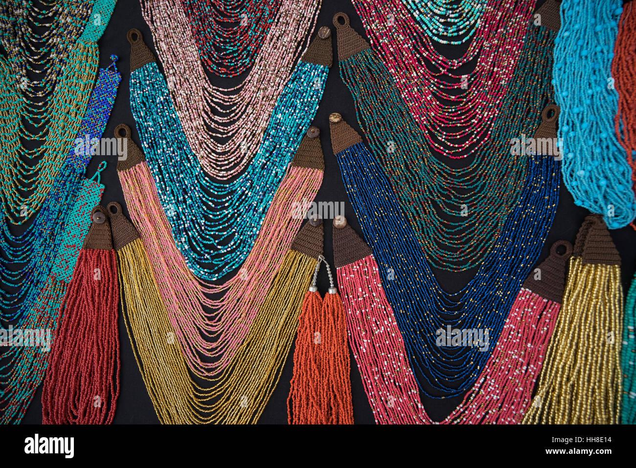 Bijoux en gros plan des microbilles marché Otavalo Équateur Photo Stock