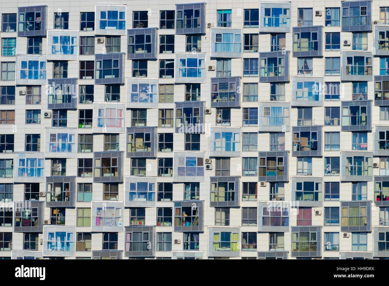 Les appartements modernes de jour d'été à l'extérieur des bâtiments Photo Stock