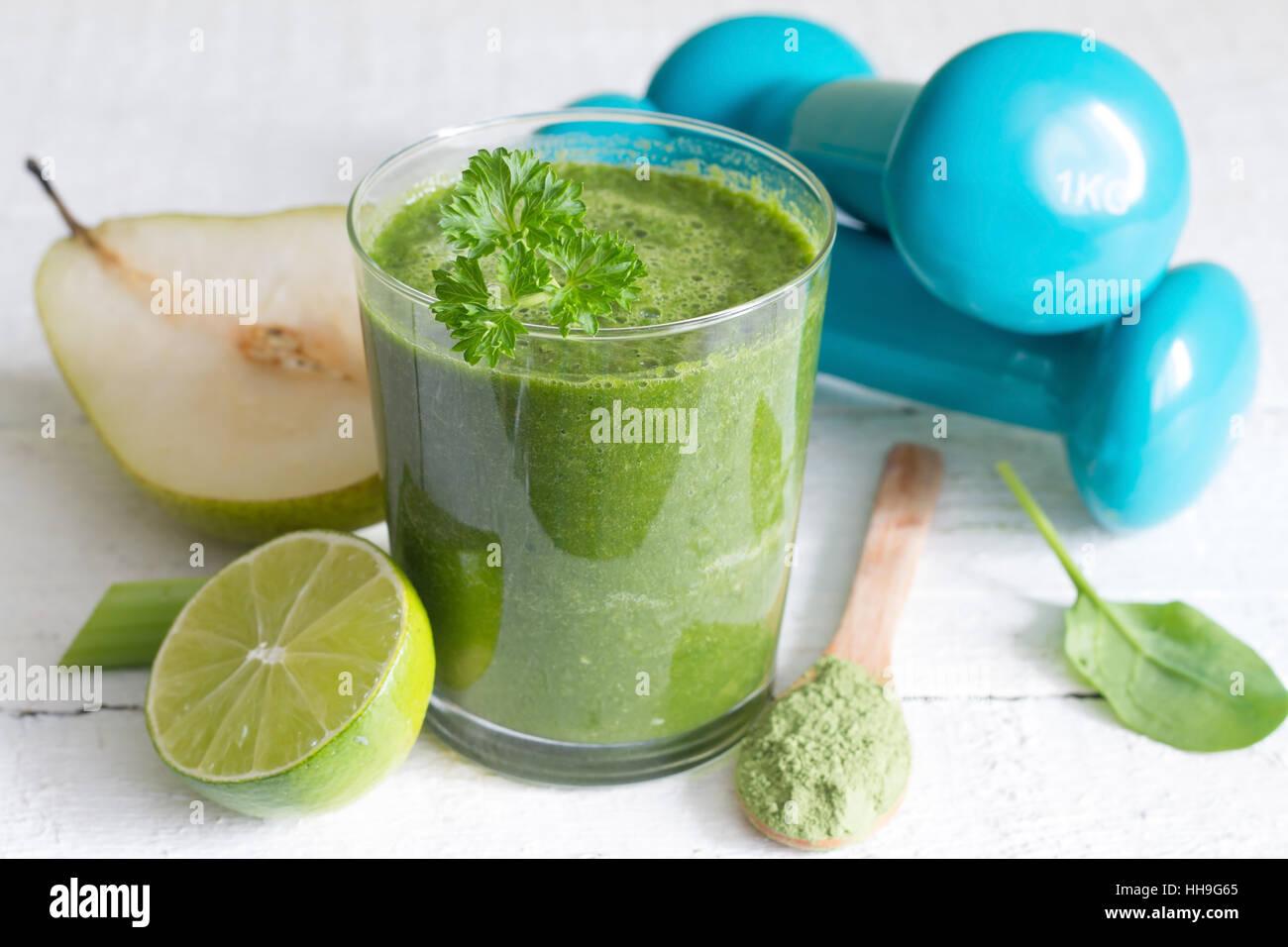 Smoothie vert et les haltères santé alimentation concept de vie Photo Stock