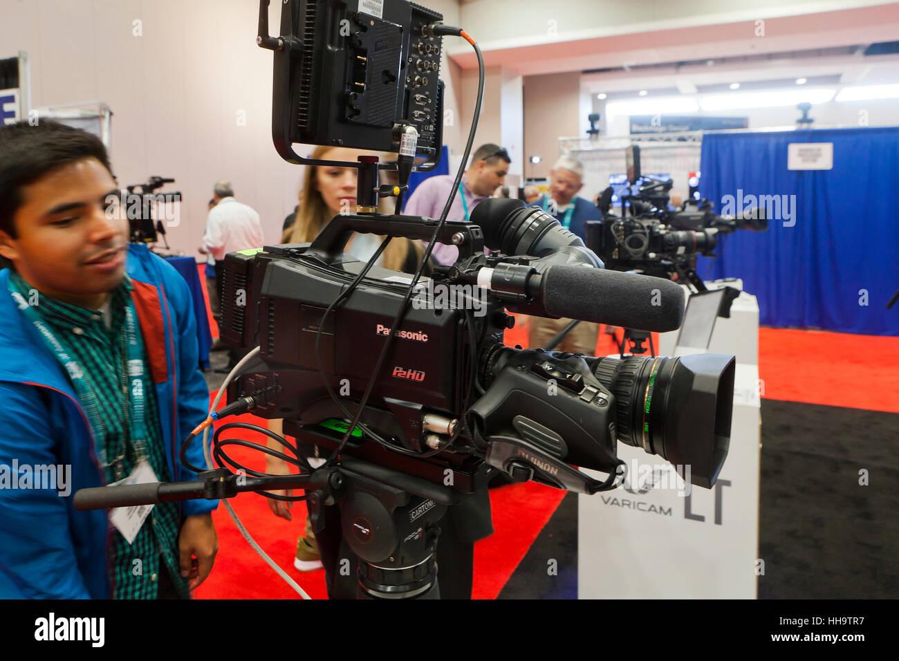 Les systèmes de caméras vidéo broadcast Panasonic sur l'affichage à une foire commerciale - USA Banque D'Images