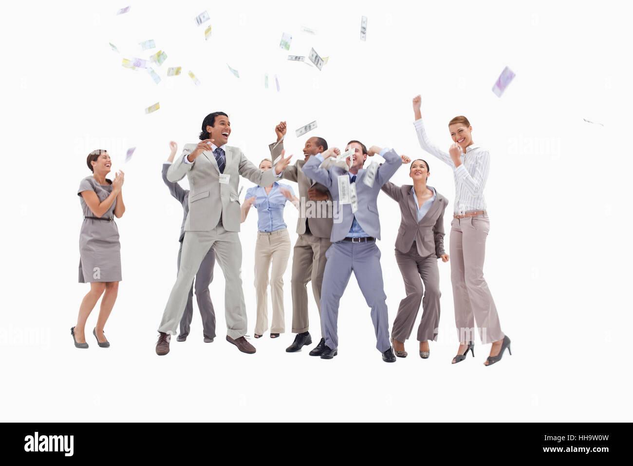 Les gens passionnés très saut et levant les bras avec de l argent qui tombe  du ciel contre fond blanc 86a61f74ece