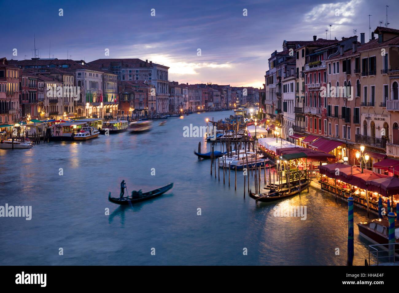 Soirée colorée sur le Grand Canal et de la ville de Venice, Veneto, Italie Photo Stock