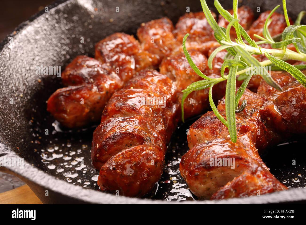 Saucisse blanche à la poêle dans une casserole Photo Stock