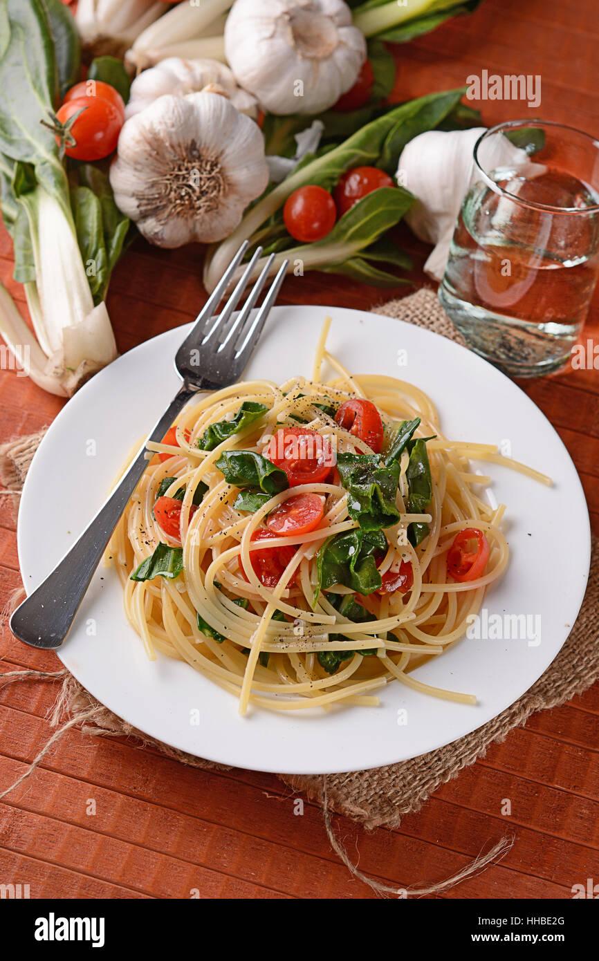 Spaghetti aux blettes et tomates - la cuisine italienne Photo Stock