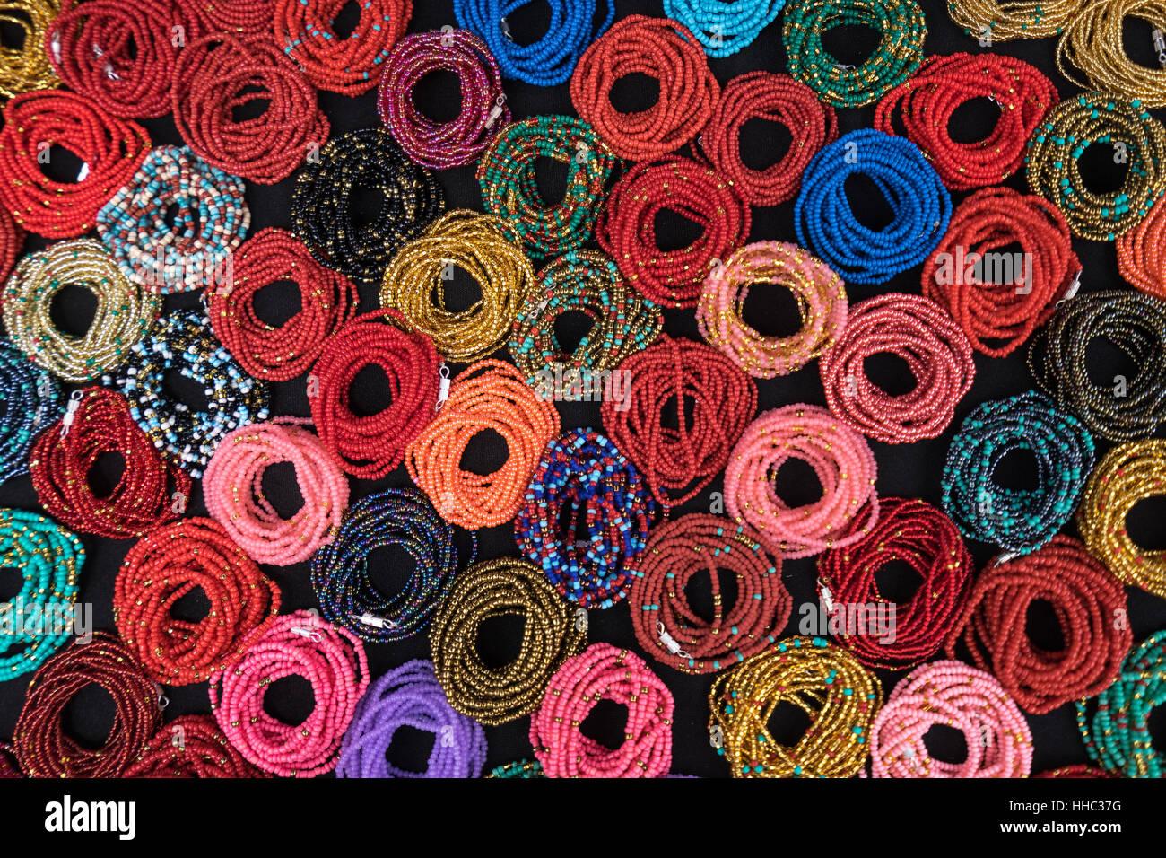 Motif créé par bracelets colorés à Otavalo Équateur Photo Stock