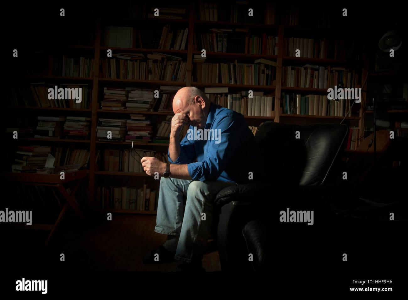Un homme âgé souffrant de dépression/anxiété/tristesse. Photo Stock