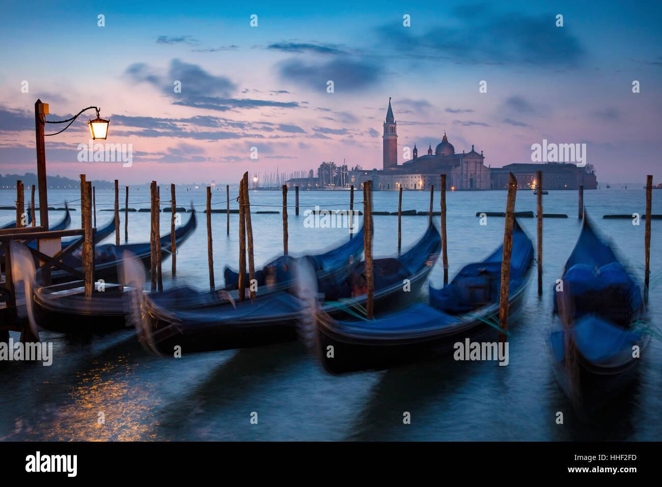Avant l'aube, la lumière sur les gondoles et San Giorgio Maggiore, à Venise, Vénétie, Italie Banque D'Images