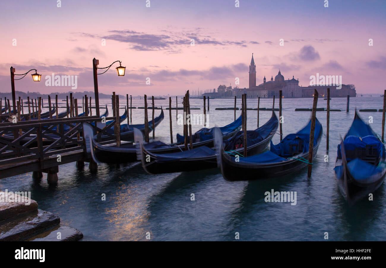 Avant l'aube, la lumière sur les gondoles et San Giorgio Maggiore, à Venise, Vénétie, Italie Photo Stock