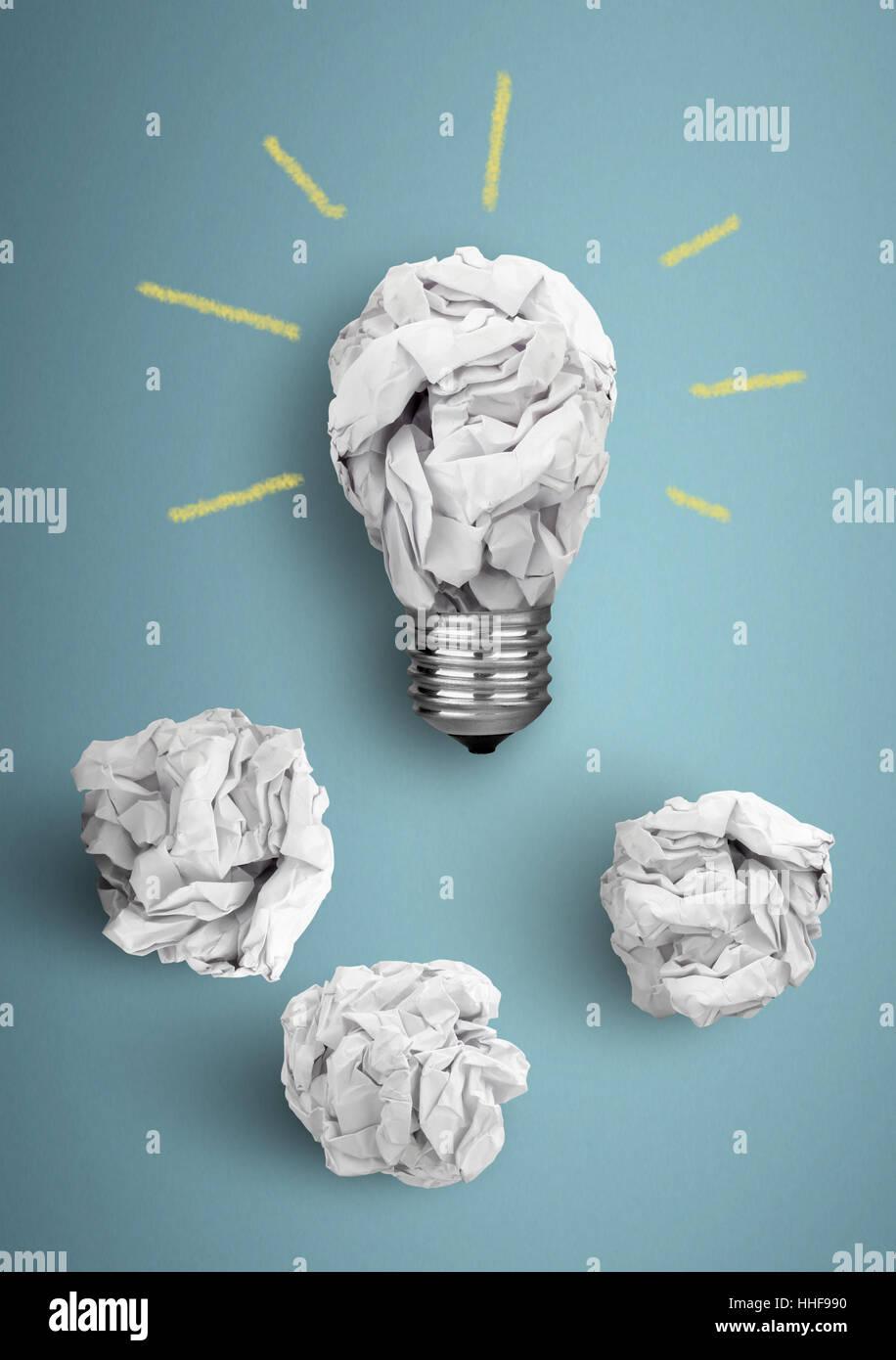 Idée Concept, ampoule avec papier froissé Photo Stock