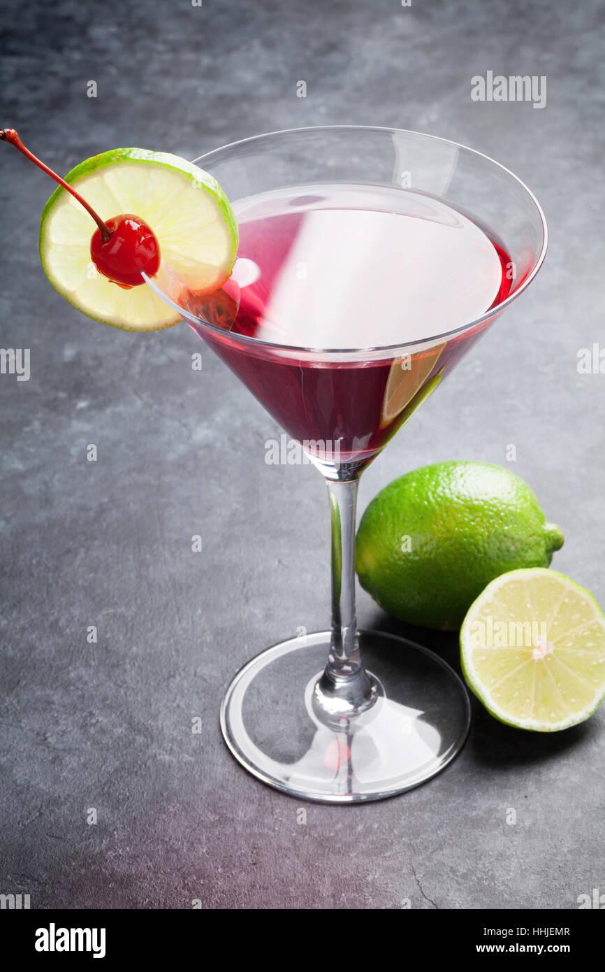 Cocktail cosmopolite sur table en pierre sombre Banque D'Images