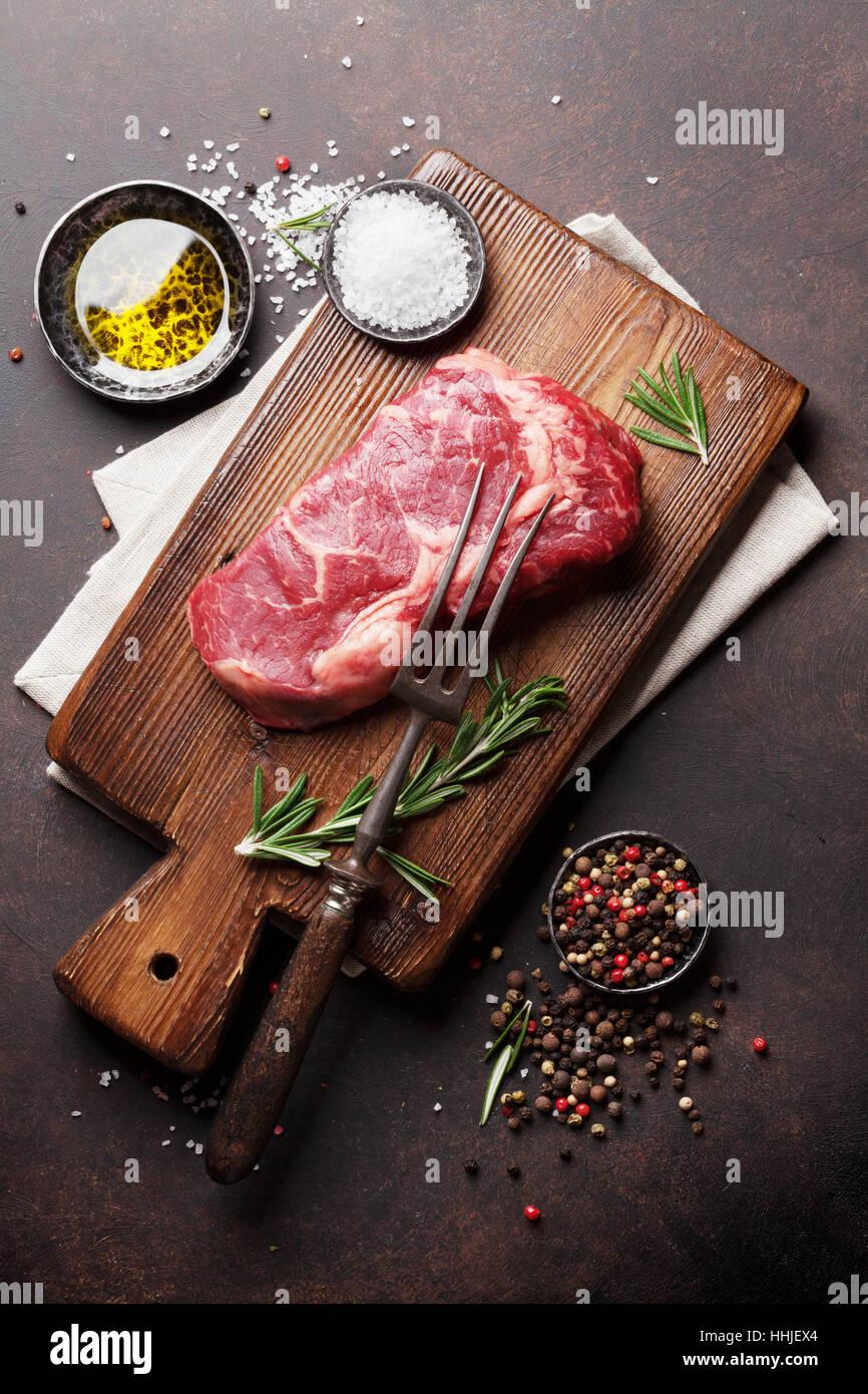Matières Ribeye Steak de boeuf avec cuisson Ingrédients. Vue d'en haut Photo Stock