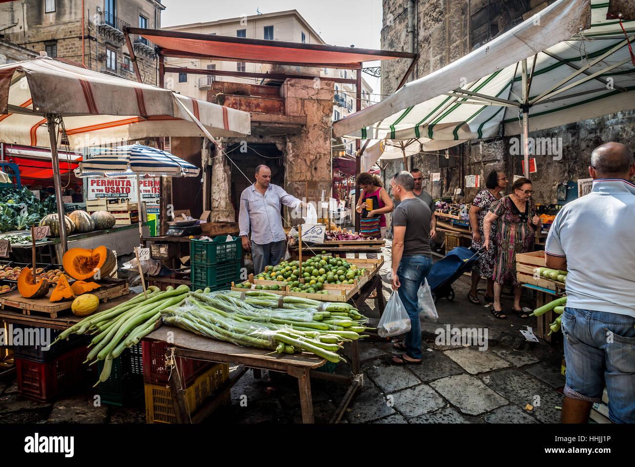 Kiosque de légumes dans le marché Ballaro, Palermo, Sicily Photo Stock