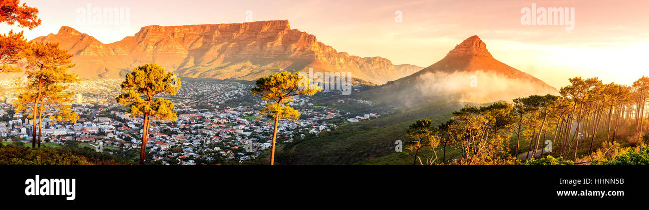 Vue panoramique sur le cap, Table Mountain et Lions Head en Afrique du Sud Photo Stock