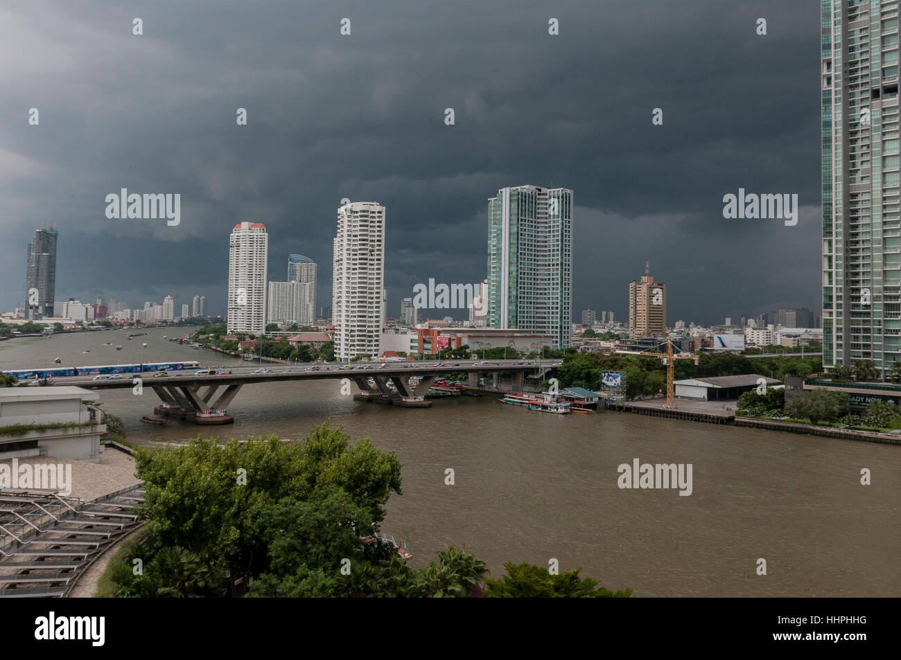 Le ciel noir est un précurseur de l'un d'une tempête au cours de la saison de mousson à Bangkok, Photo Stock