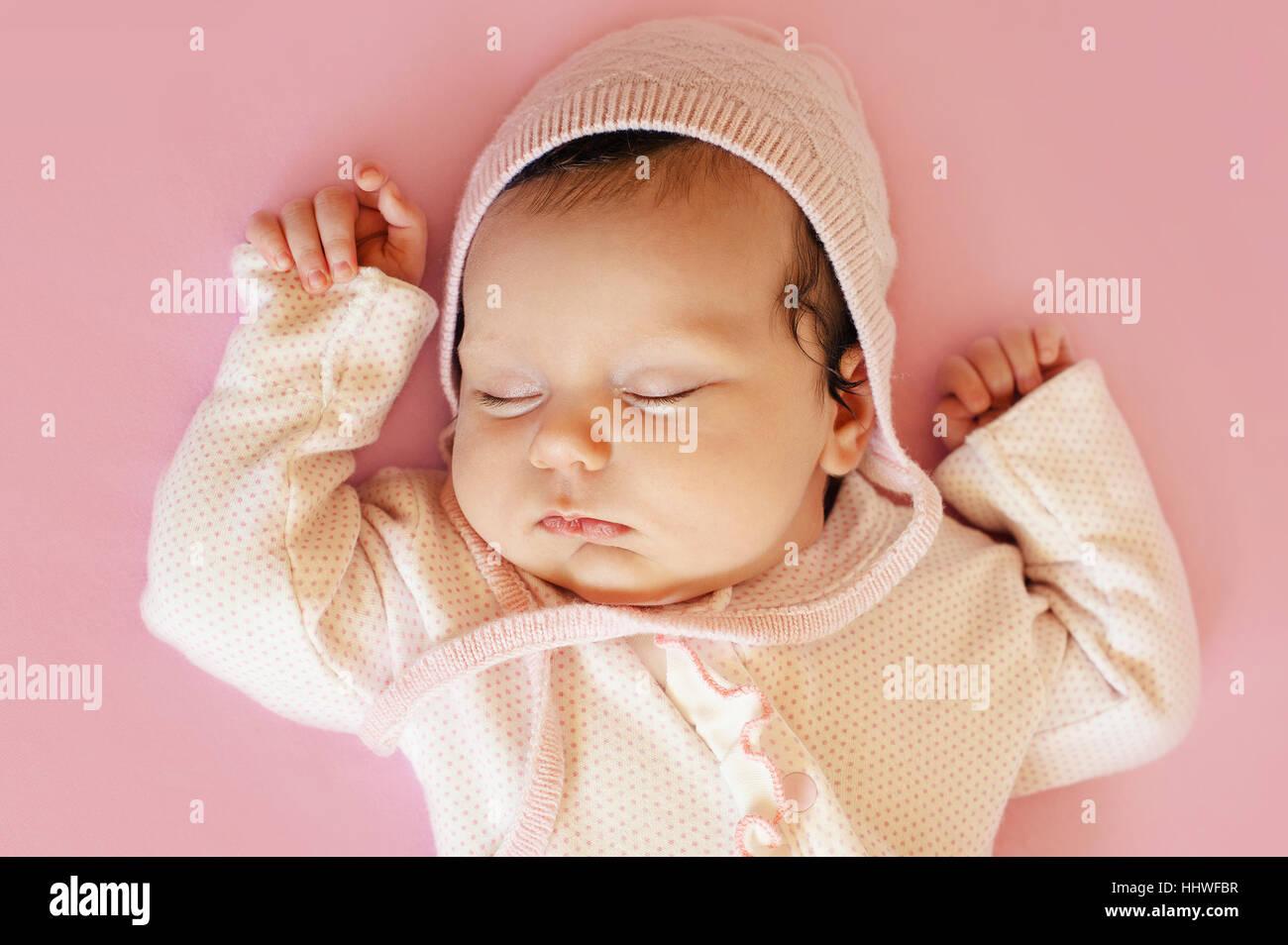 Belle Naissance bebe Fille avec chapeau rose et bleu yeux closeup ... 4130b1258c7