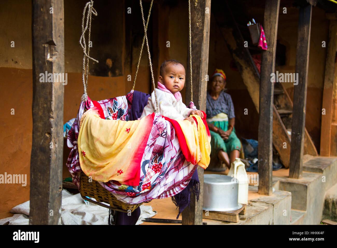 Bébé en berceau dans les collines au-dessus de Katmandou, Népal Photo Stock