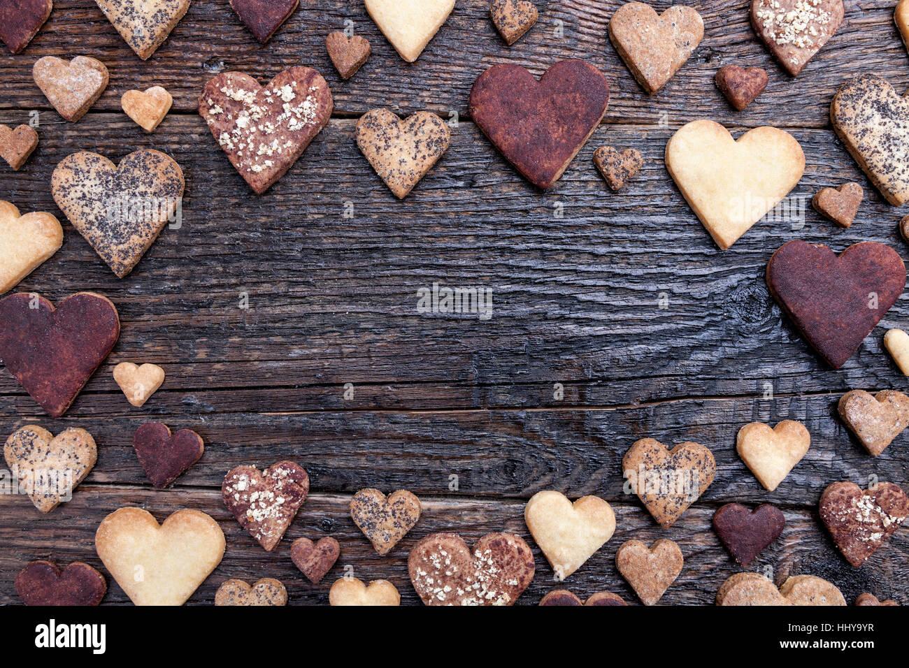 De délicieux cookies en forme de coeur avec l'amour sur fond de bois Photo Stock