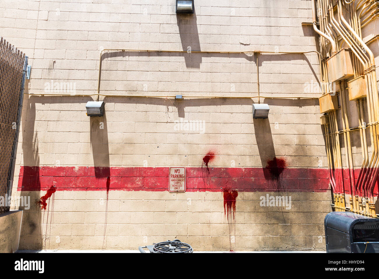 chambre sombre avec mur de briques et les taches de sang banque d