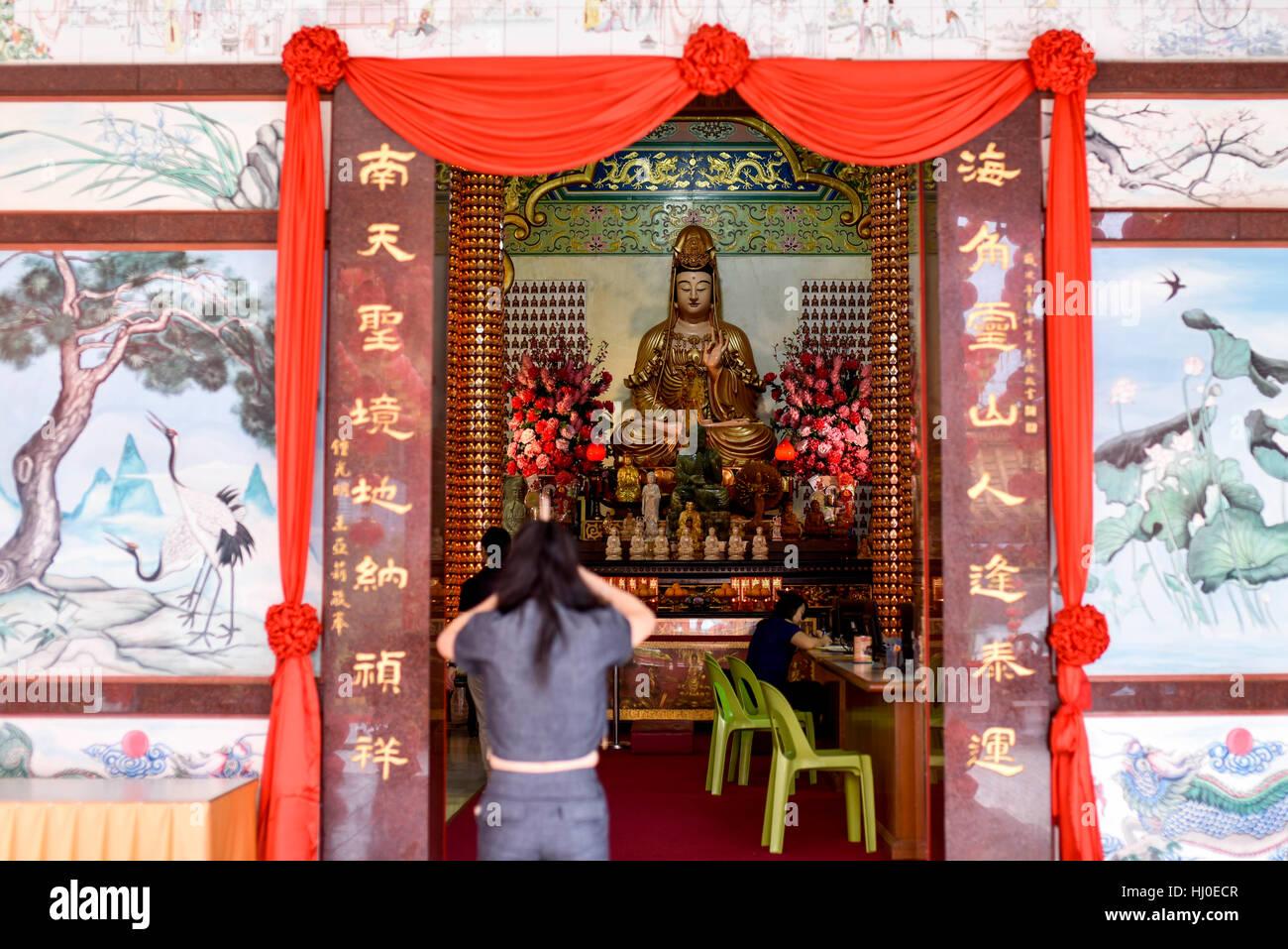 Kuala Lumpur, Malaisie. 21 Jan, 2017. Malaysian-Chinese ethniques dévots offrir des prières et brûler Photo Stock
