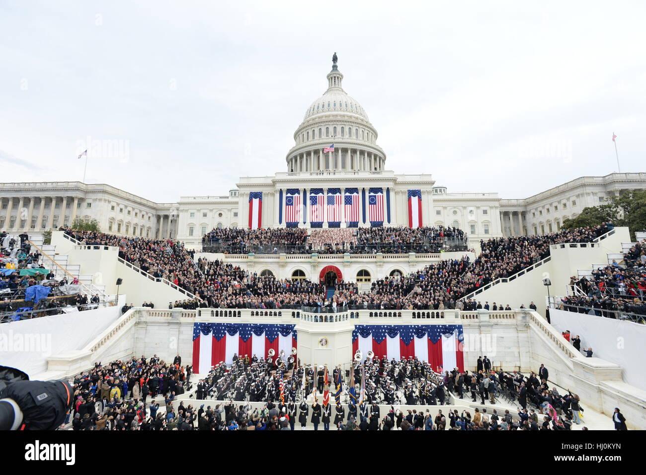 Le président Donald Trump prête le serment d'Office lors de son investiture le 20 janvier 2017 à Photo Stock