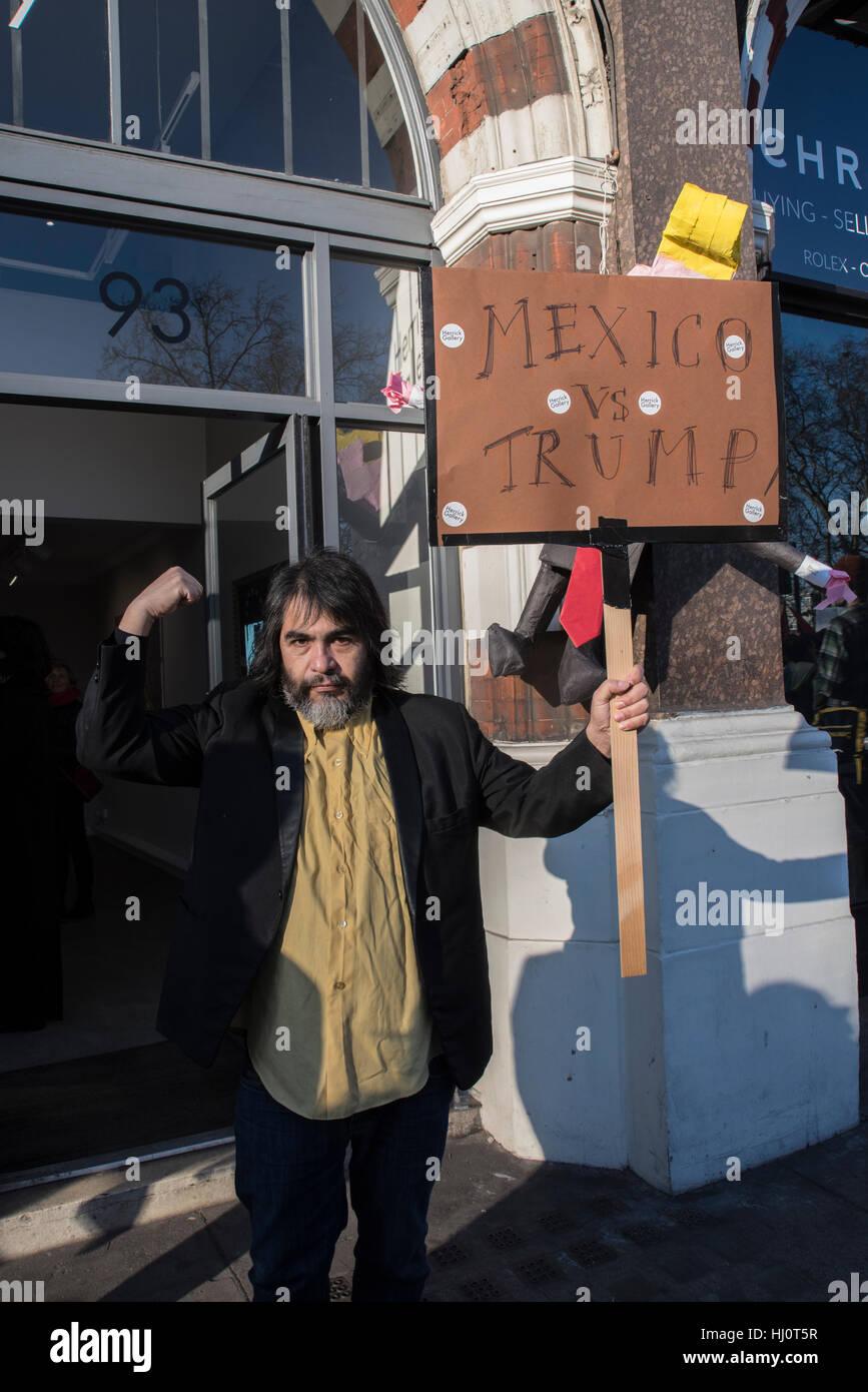 Un fier protestataire du Mexique en face d'une galerie à Londres au cours de la marche mondiale des femmes Photo Stock