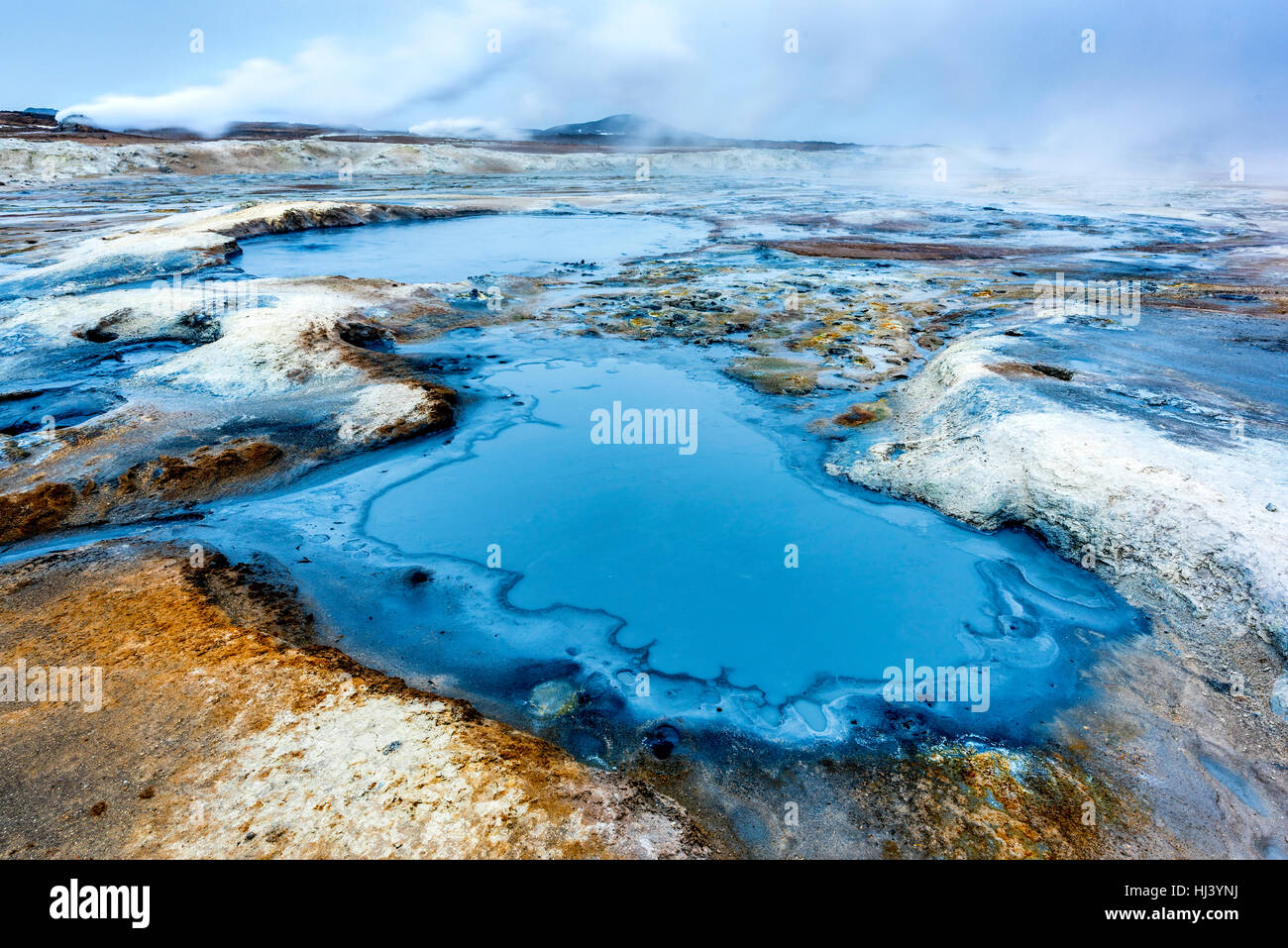 Vapeur naturelle passant de cheminées volcaniques dans la terre à Hverir en Islande près du lac Myvatn Photo Stock
